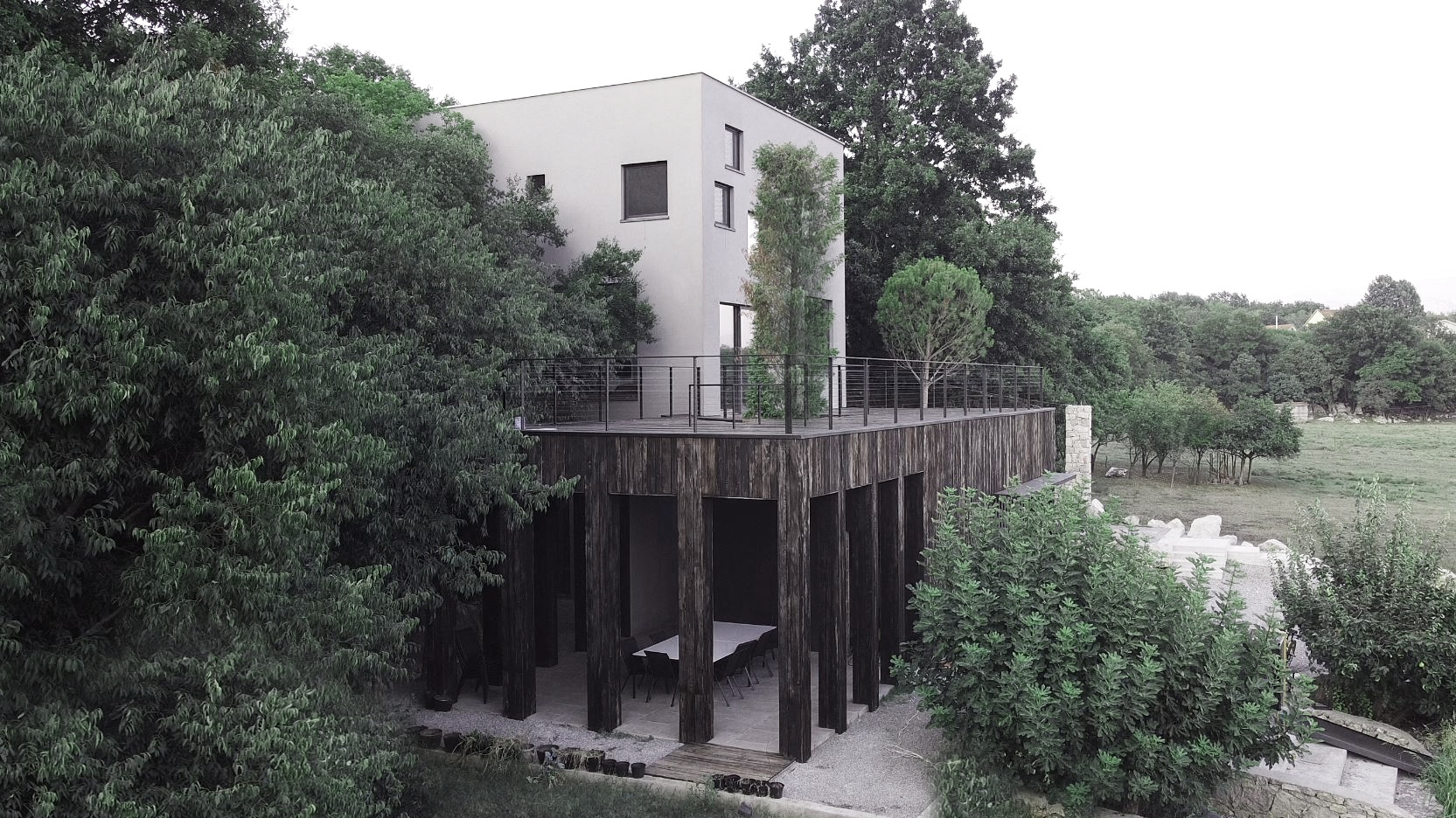 Villa B, Bandići